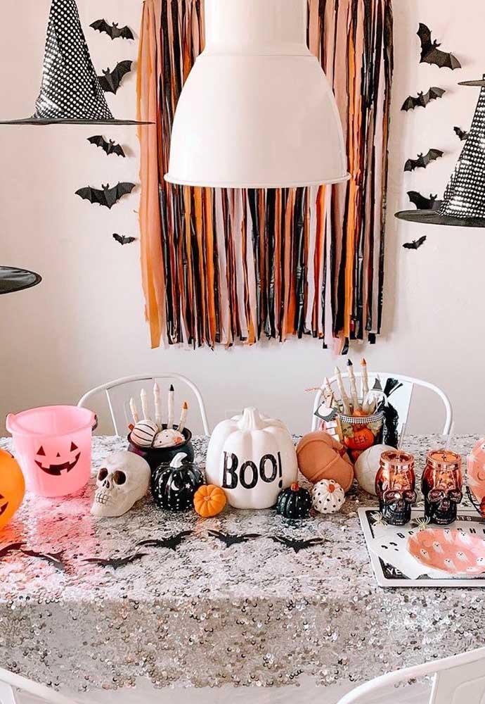 O preto e o laranja são as cores principais dessa decoração de Halloween