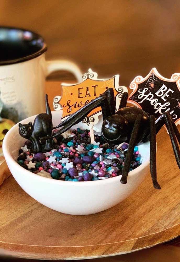 Um gato preto e uma aranha para proteger o pote de doces