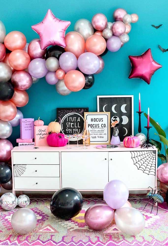 Balões coloridos e metálicos são um grande trunfo de decoração para o Halloween: fácil e barato
