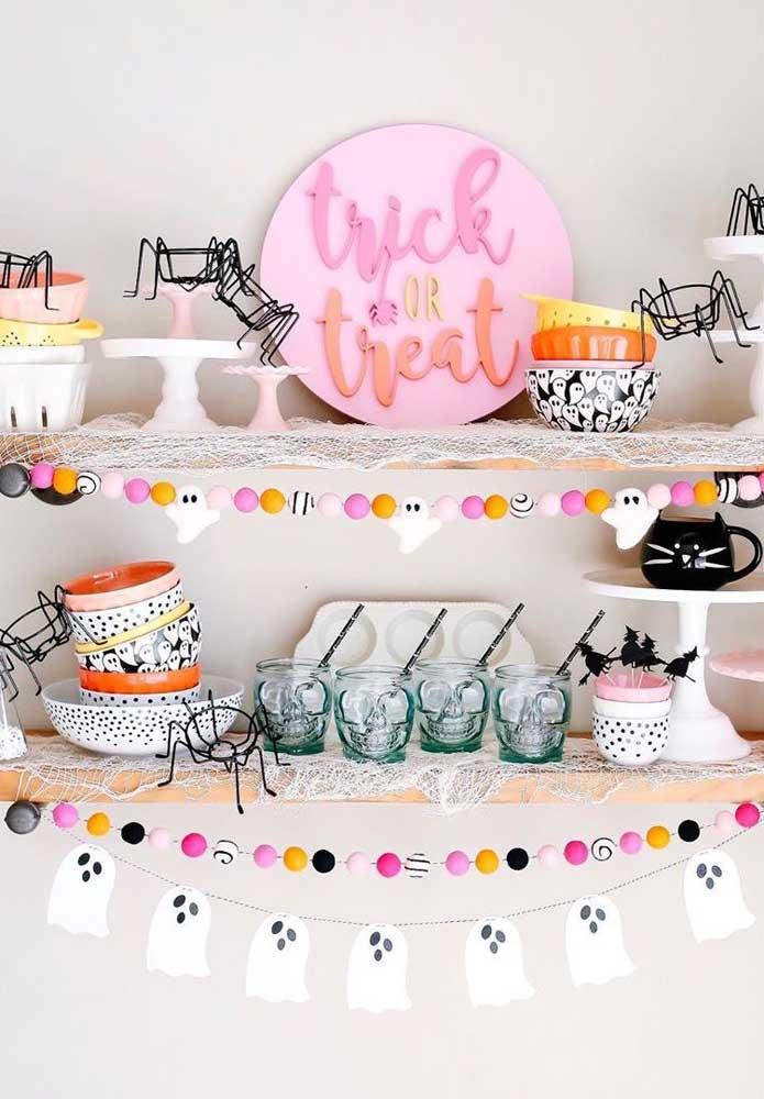 Copos de caveira, varalzinho de fantasmas e aranhas aramadas integram essa decoração de Halloween