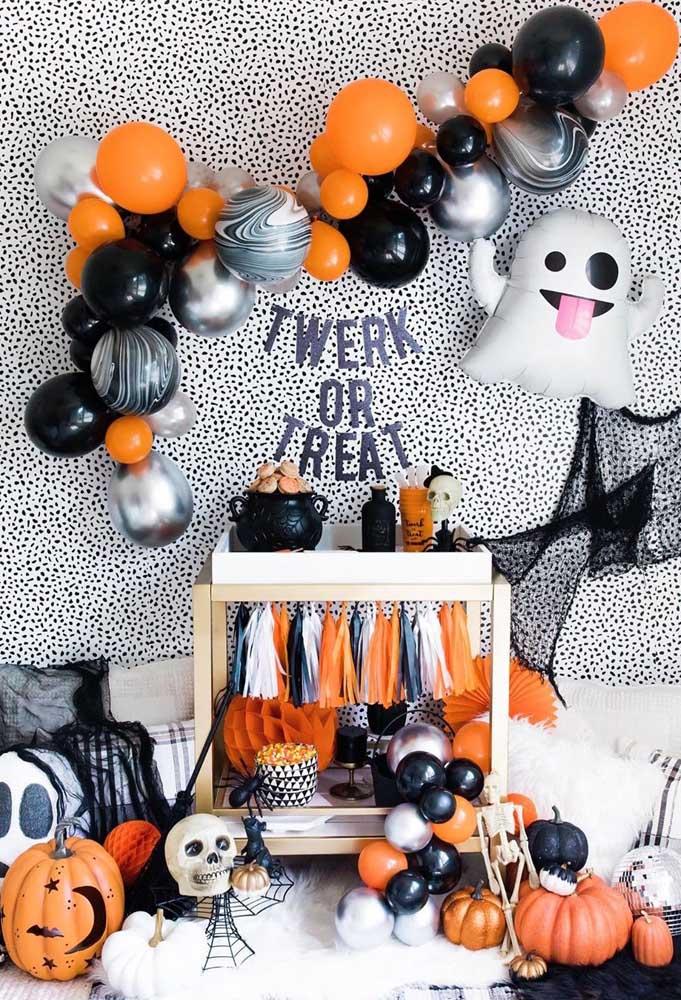 O preto e o laranja podem ser inseridos em diversos objetos da decoração de Halloween