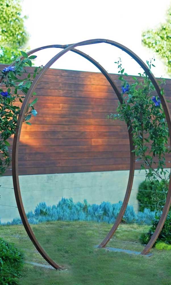 O caramanchão redondo é o centro das atenções desse jardim