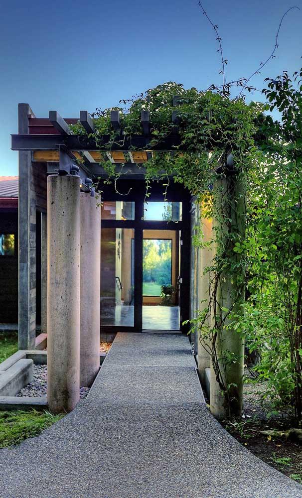 Para a casa moderna, a opção foi um caramanchão que mescla concreto com metal