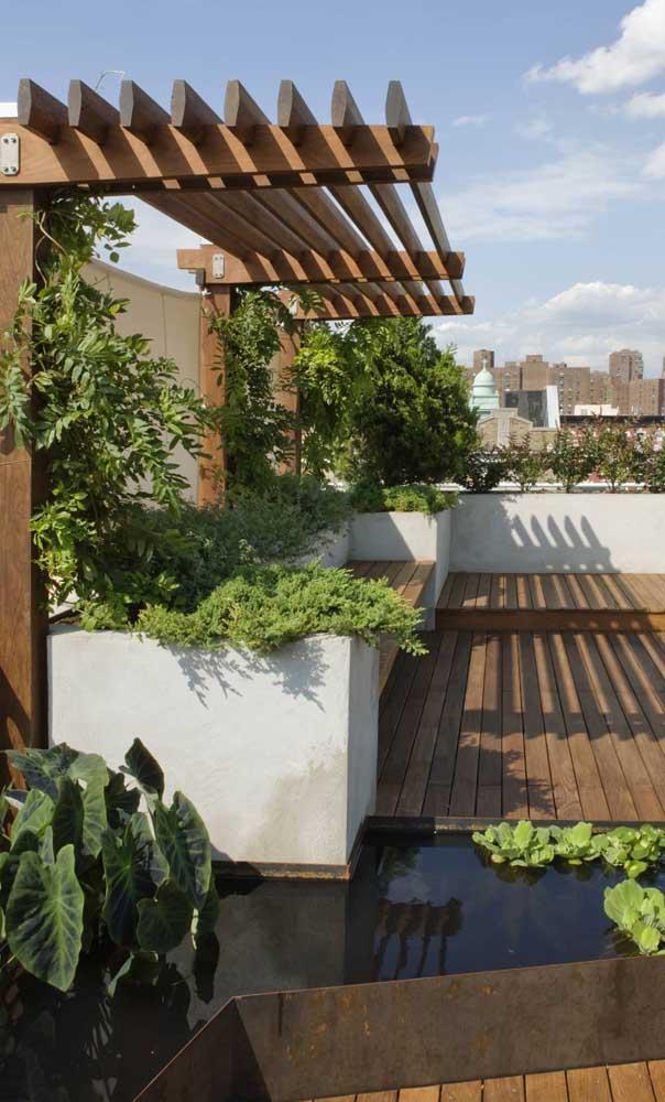 Caramanchão de madeira na cobertura do apartamento, um luxo não é mesmo?