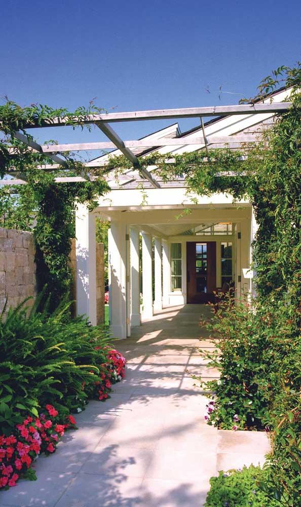 Um belo jardim para acompanhar o caramanchão, afinal a estrutura é parte integrante do paisagismo da casa