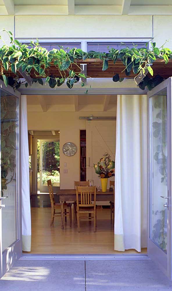 Aqui, o caramanchão emana frescor e tranquilidade para dentro da casa
