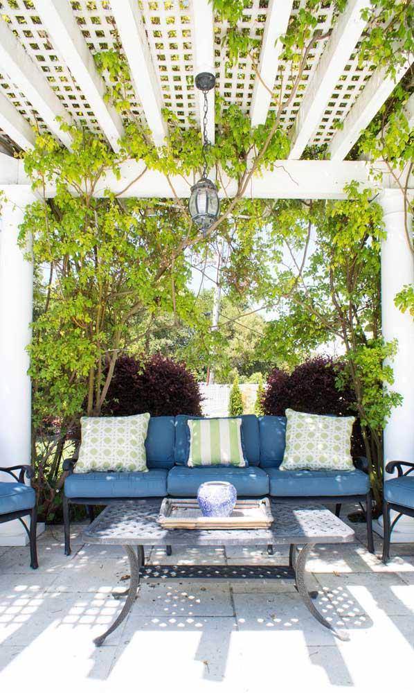 A madeira branca do caramanchão confere um toque provençal muito charmoso para área externa da casa
