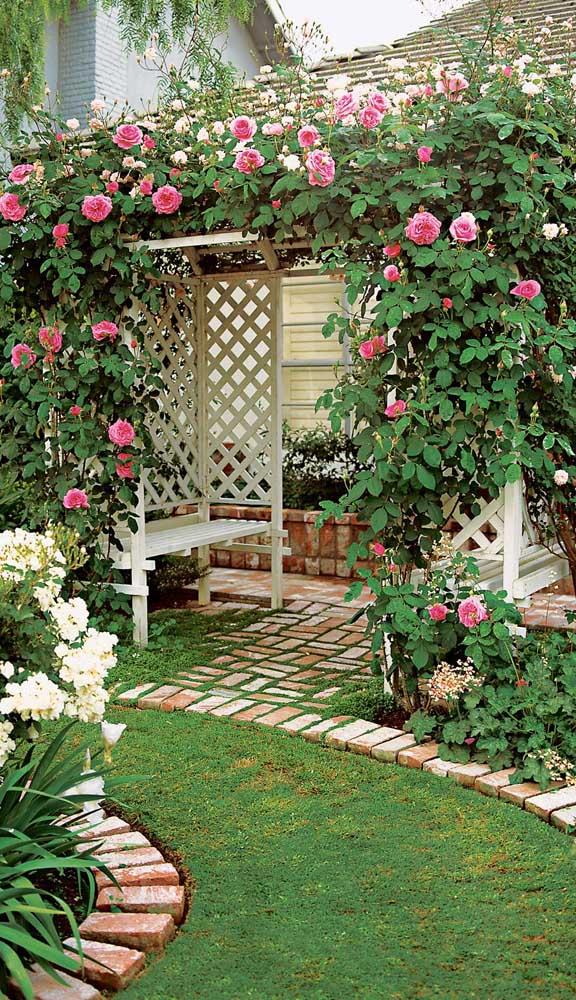 As rosas trepadeiras trazem um estilo super romântico para esse caramanchão