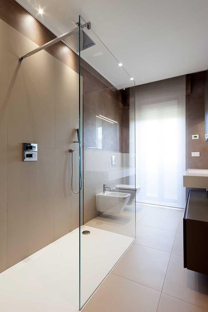 Banheiro grande com bidê. Repare que o uso do acessório é sempre junto ao vaso sanitário