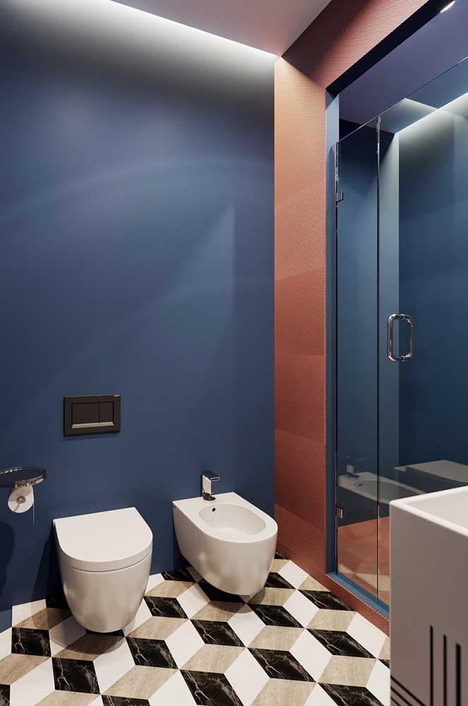 A parede azul destaca as louças brancas instaladas diante dela