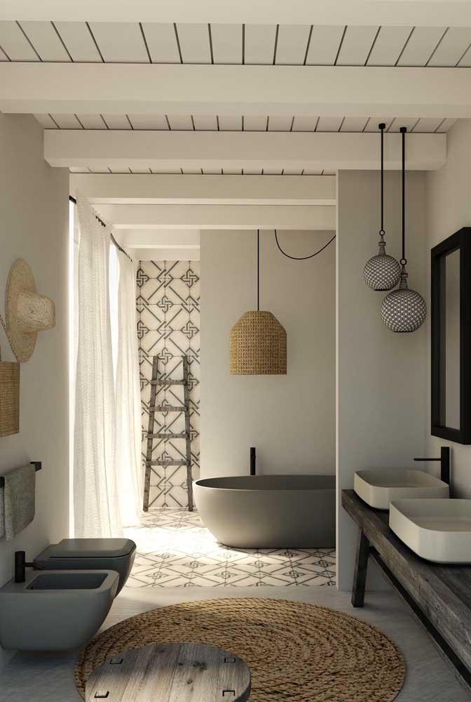 Banheiro grande de estilo rústico com conjunto de vaso sanitário e bidê suspenso e de design moderno