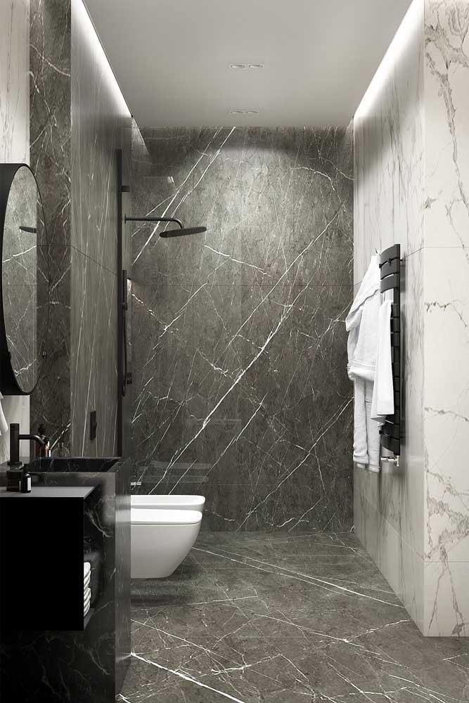 Banheiro moderno em tons de preto e cinza com vaso e bidê de cerâmica branca