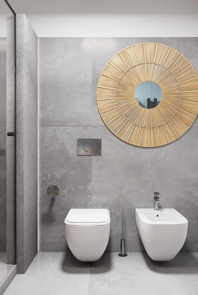 A decoração na parede do banheiro chama a atenção para o bidê que está logo abaixo