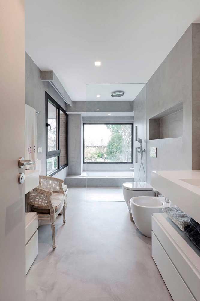 Um banheiro grande como esse podia e precisava contar com um bidê