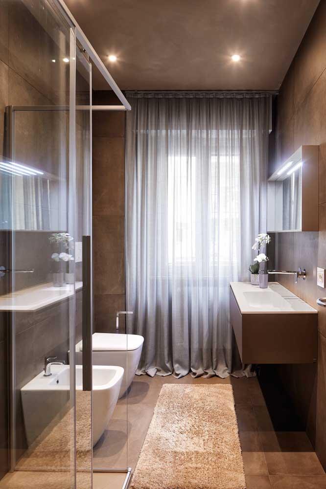 Banheiro elegante e sofisticado com bidê incluso. O tamanho não foi problema por aqui