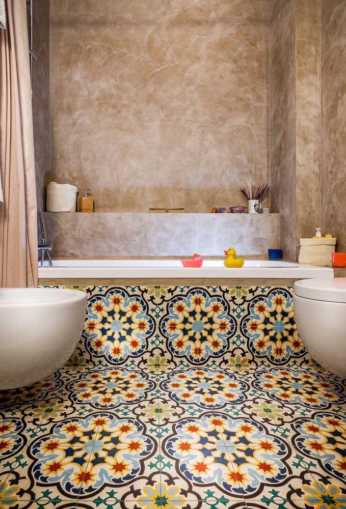 O piso alegre e colorido chama toda a atenção nesse projeto de banheiro com bidê