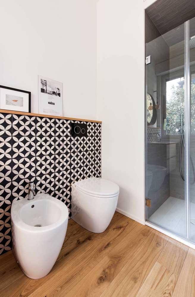 Uma parede bem decorada para destacar o conjunto de vaso sanitário e bidê
