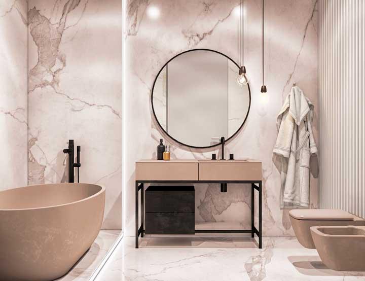 Banheiro de inspiração moderna e romântica com jogo de vaso sanitário e bidê combinando com a banheira e o gabinete da pia