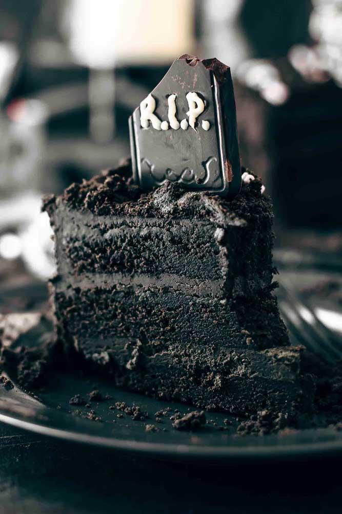 Bolo de Halloween com tema cemitério. O chocolate faz o papel da terra por aqui!