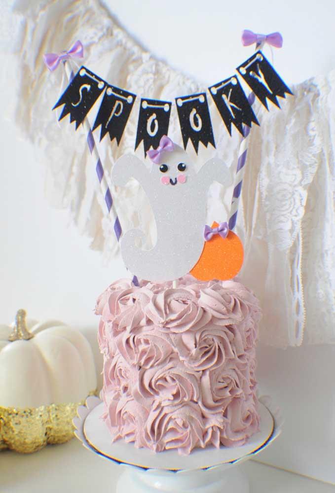 Aqui, a ideia foi romantizar o bolo de Halloween usando flores de chantilly na cobertura