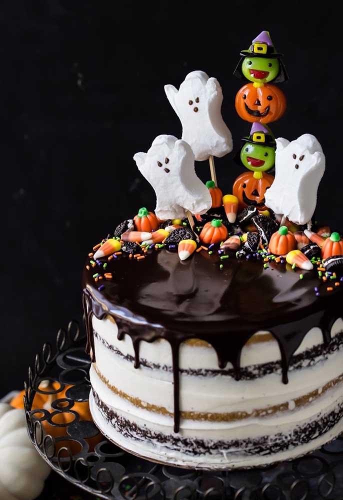 Naked cake versão Halloween. Para o topo do bolo guloseimas monstruosas