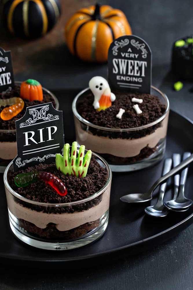 Bolos de Halloween em porções individuais. Repare que cada bolo é um túmulo