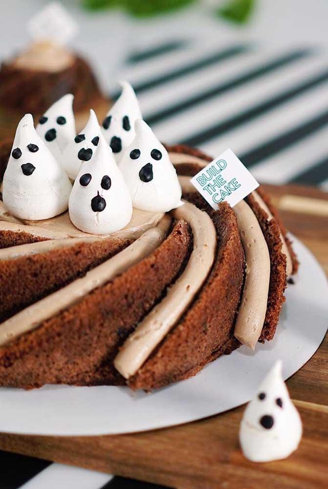 Que tal transformar suspiros em fantasminhas e colocá-los como decoração do bolo de Halloween?