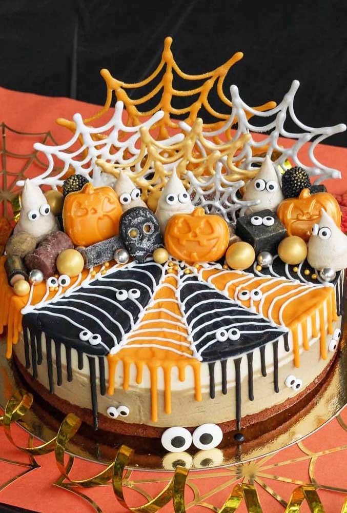 Muitos monstrinhos para decorar o topo desse bolo simples, mas bem divertido