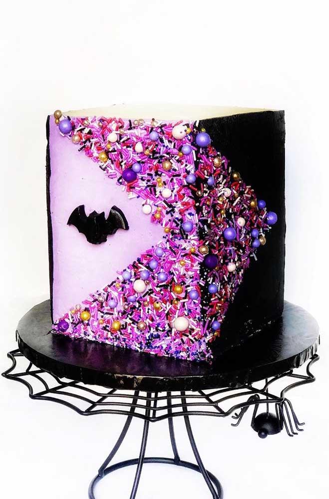 Olha que ideia diferente: bolo de Halloween quadrado decorado com miçangas coloridas
