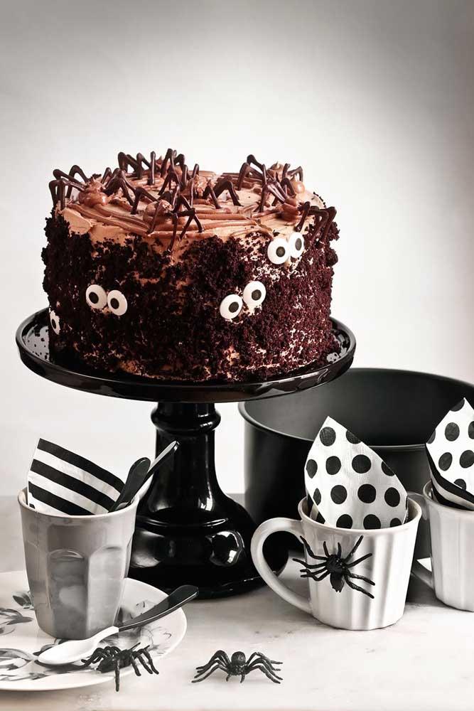 Bolo de Halloween simples decorado com chantilly. Para completar, olhinhos e lascas de chocolate para imitar aranhas