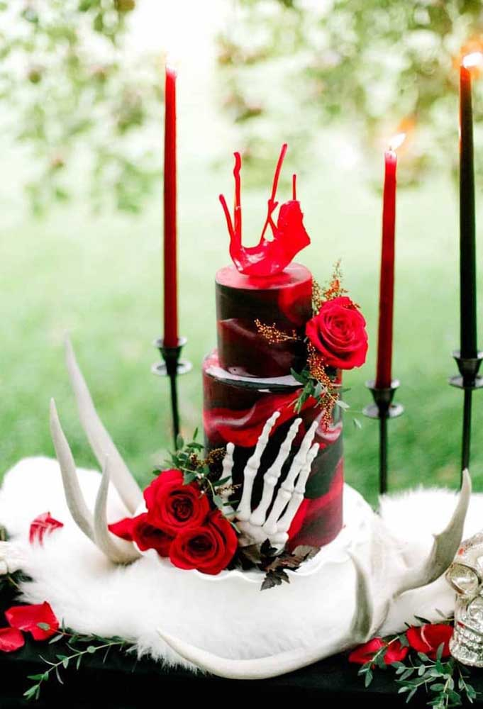 Bolo de Halloween dois andares em tom de vermelho e preto. Repare que a decoração da mesa segue a mesma temática do bolo
