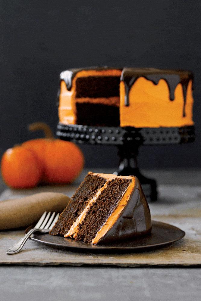Bolo de chocolate com recheio de chantilly laranja. As cores do Halloween em um bolo simples e fácil de fazer