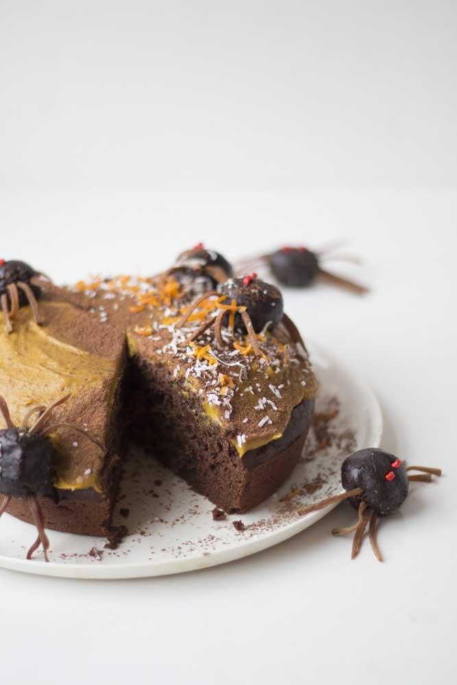Aranhas de brigadeiro invadiram esse bolo de Halloween