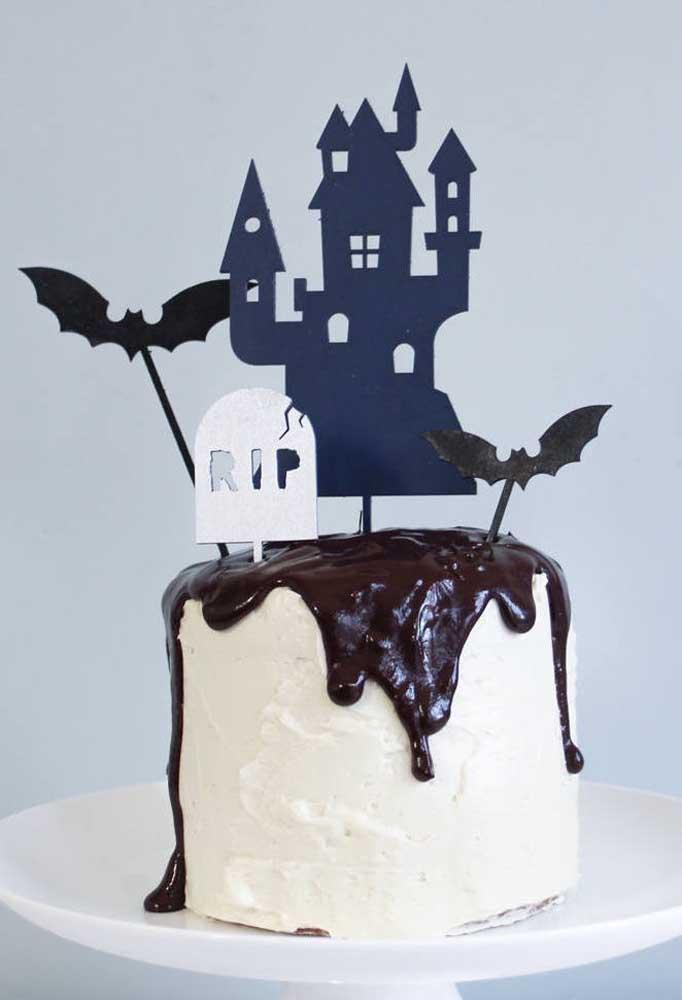 Calda de chocolate vai sempre bem, inclusive no bolo de Halloween