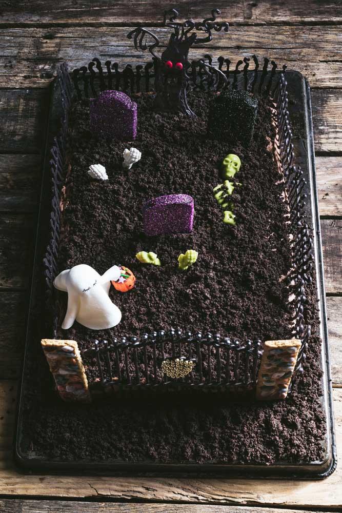 Um cemitério sobre o bolo de Halloween, que tal?