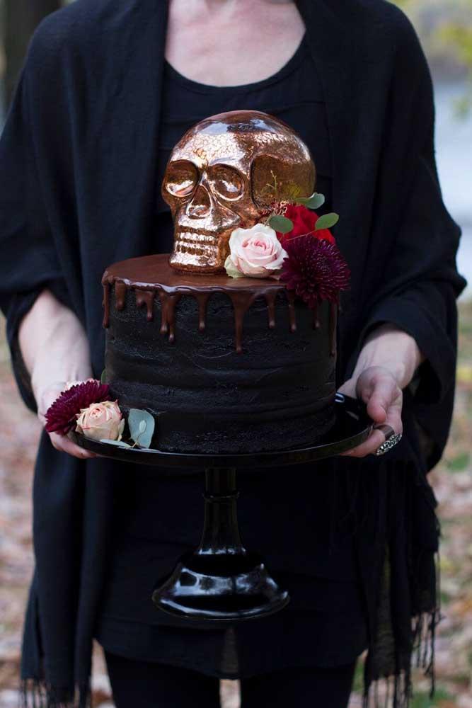Inspiração dark e bem luxuosa nesse bolo de Halloween com direito a caveira e rosas