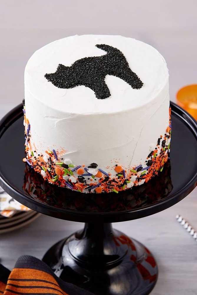 O gato preto aparece nesse bolo de Halloween confeitado com açúcar cristal