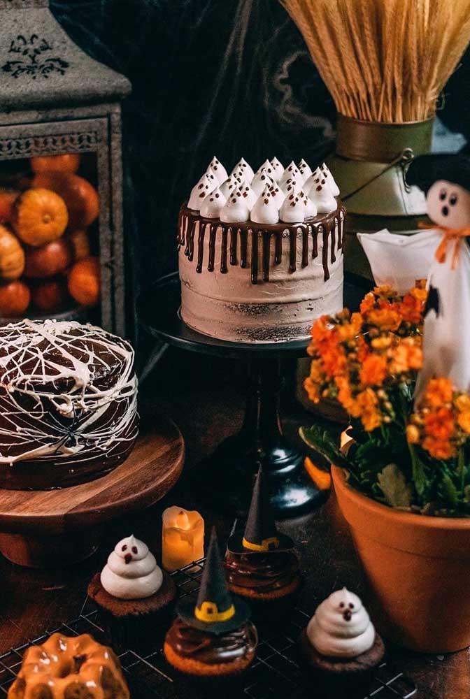 Fantasminhas de suspiro decoram o topo desse bolo de chocolate