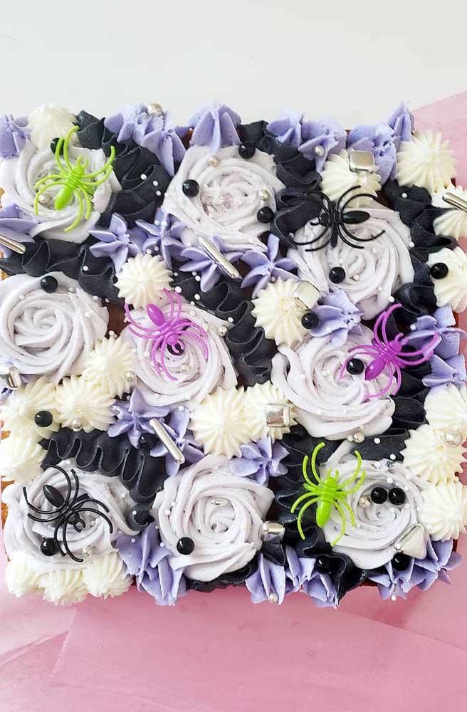 As rosas de chantilly ganharam aranhas coloridas para completar a decoração