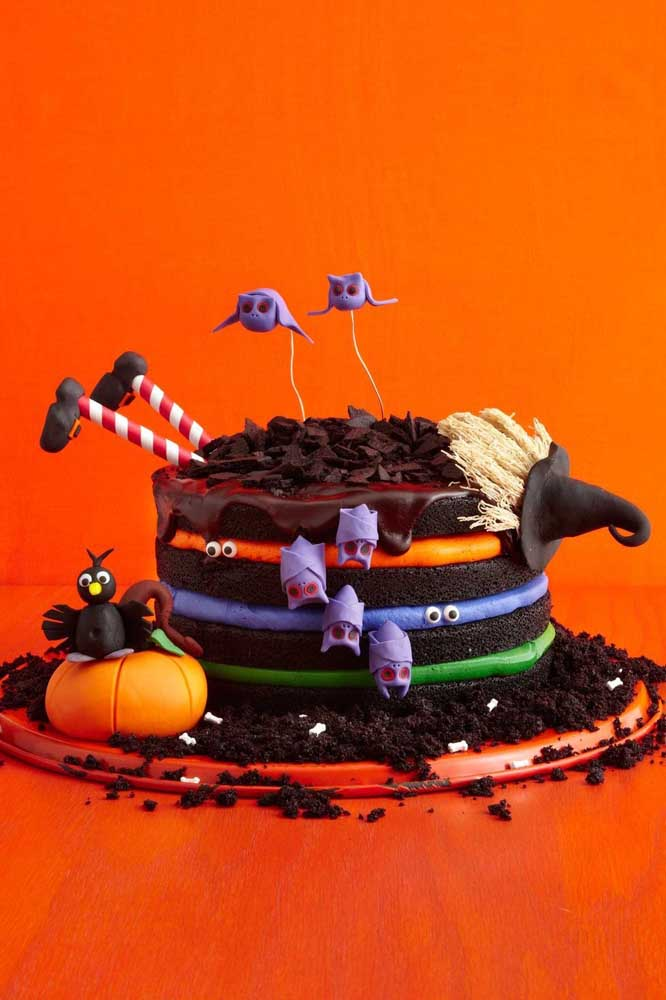 Os símbolos clássicos do Halloween são o destaque desse pequeno bolo