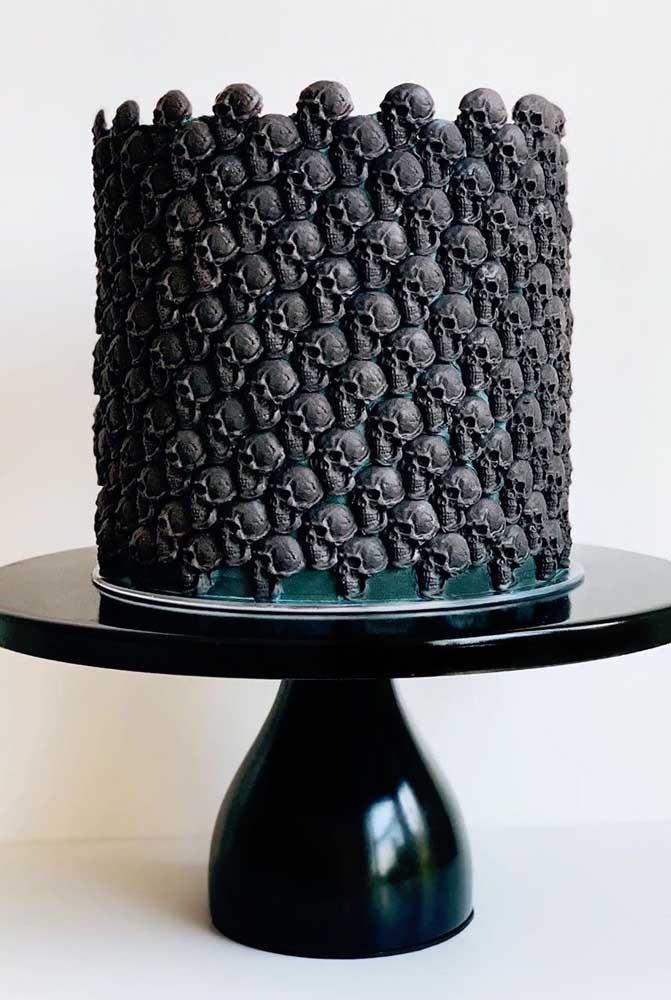 Caveirinhas decoram toda a lateral desse bolo de Halloween