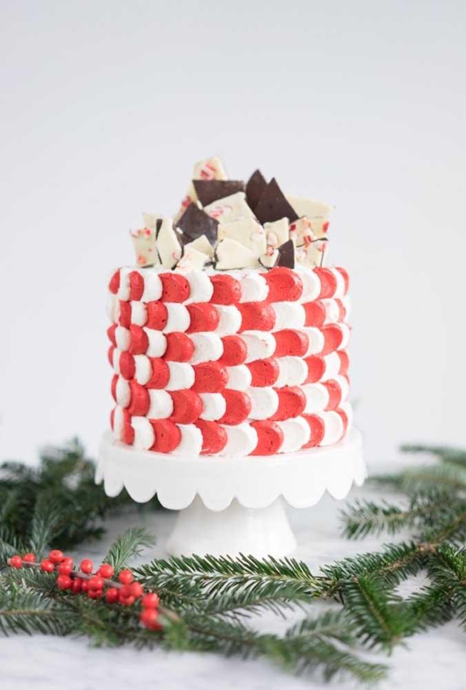 Bolo de natal decorado com chantilly branco e vermelho
