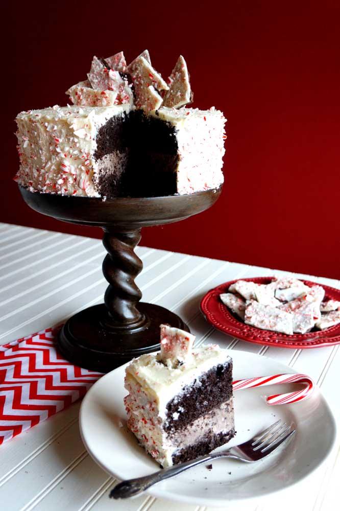 Bolo de natal com massa de chocolate preto e cobertura de chocolate branco