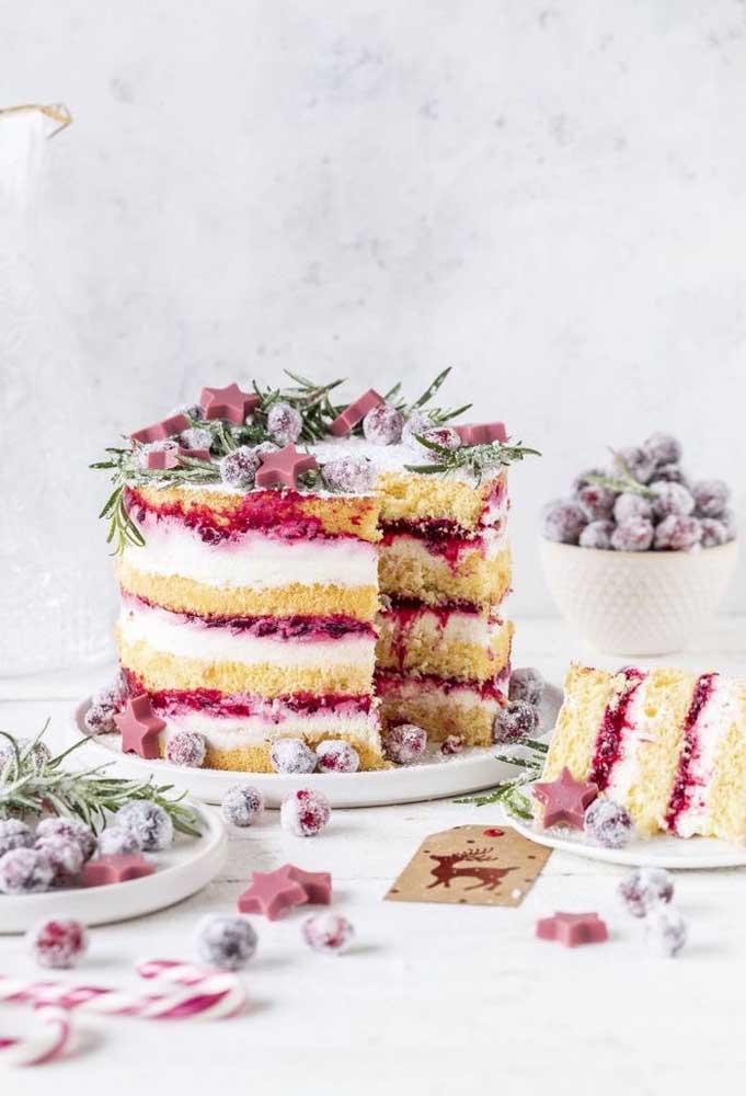 Naked cake de natal com recheio de frutas vermelhas em três camadas