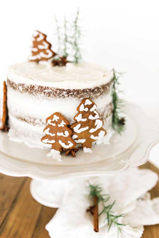 Bolo de natal espatulado decorado com biscoitos em formato de árvores