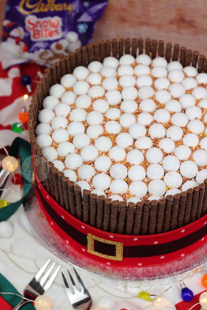 A cintura do papai noel virou tema desse bolo de natal