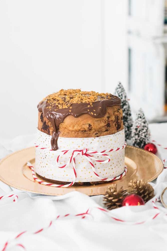 Não deu tempo de fazer o bolo? Jogue uma calda de chocolate por cima do panetone e sirva!