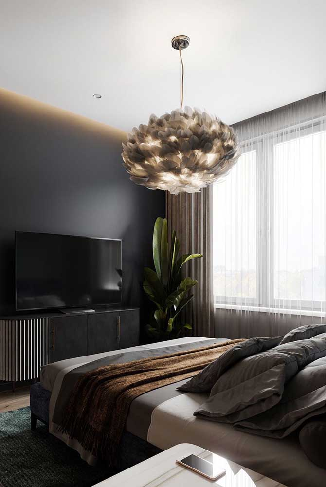 Outra opção inusitada de lustre de penas. Dessa vez repare como a luz se espalha suavemente pelo quarto