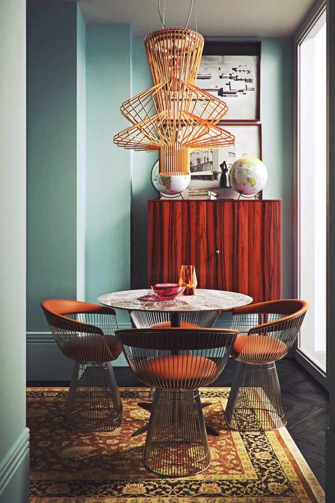 Lustre aramado para combinar com as cadeiras da sala de jantar