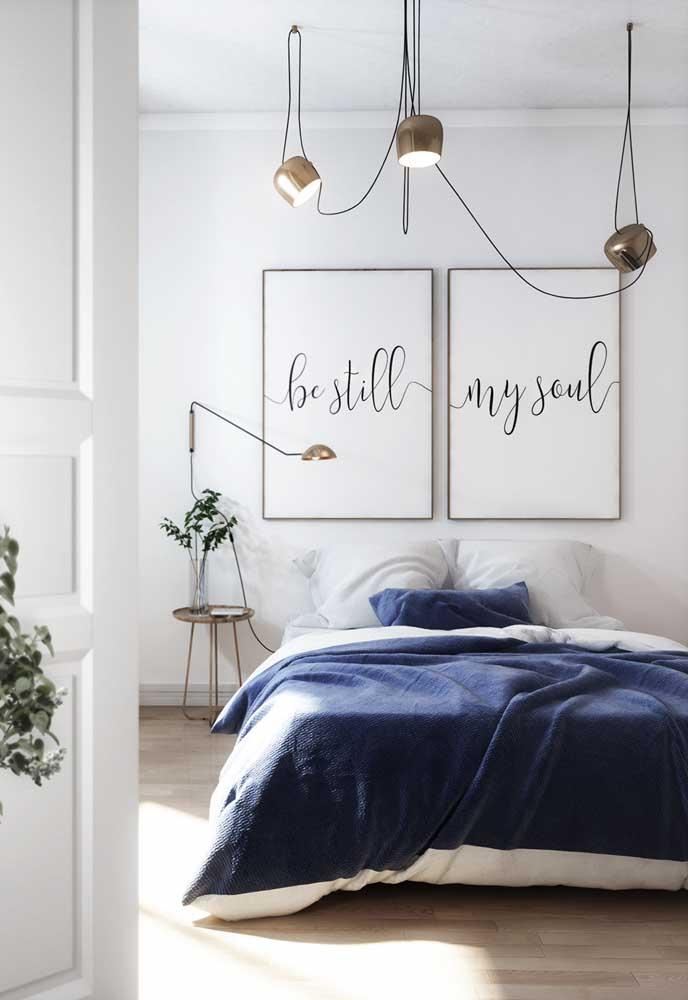 """Lustre para o quarto do casal. Repare que cada """"braço"""" do lustre direcionável ocupa um espaço no teto"""